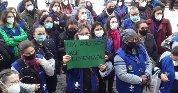 Agentes comunitários de saúde realizam ato em frente à prefeitura em luta pelo vale-alimentação