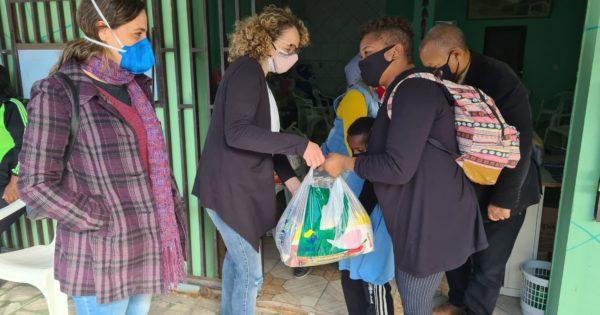 Luciana Genro e Fernanda Melchionna entregam cestas básicas na Restinga