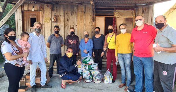 Emancipa e Sindifisco entregam 100 cestas básicas na zona norte de POA