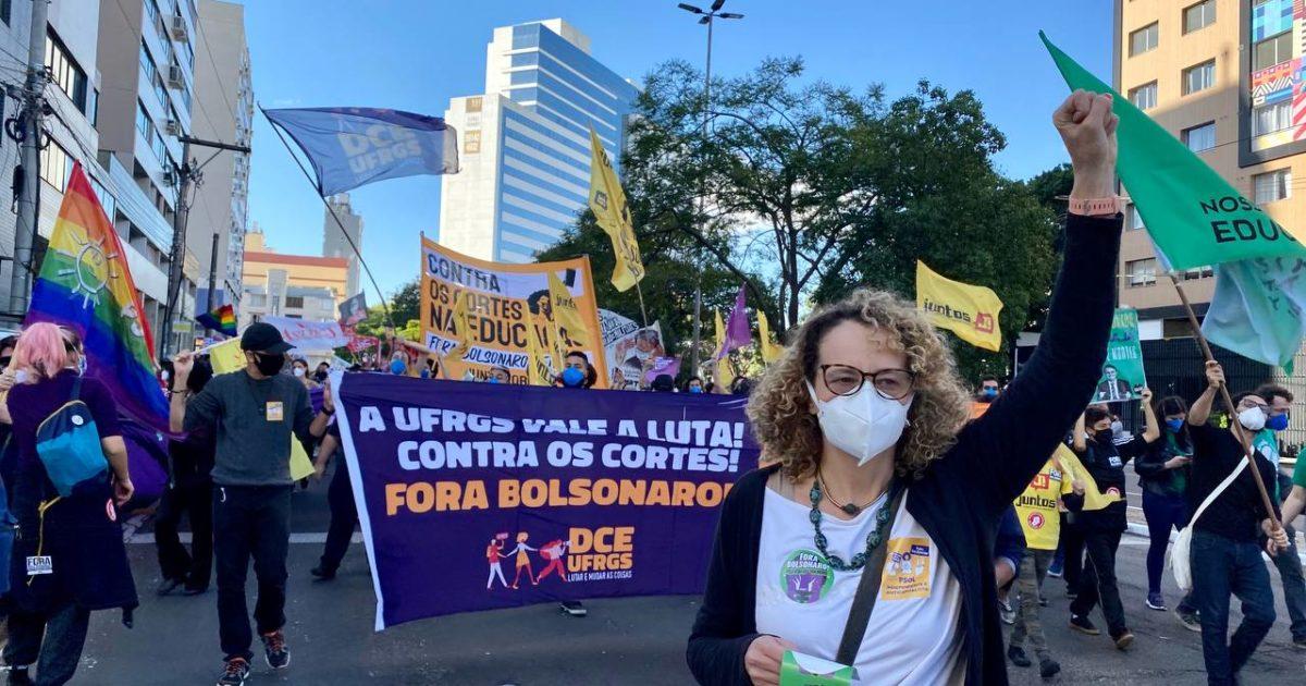 Luciana Genro esteve junto com os manifestantes no ato contra Bolsonaro em Porto Alegre. | Foto: Samir Oliveira