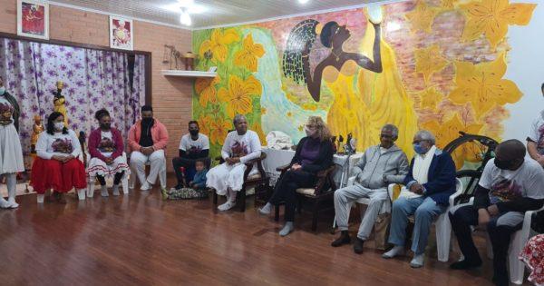 Mãe Cláudia de Oxum e seus filhos de santo expõem demandas da comunidade à deputada Luciana Genro