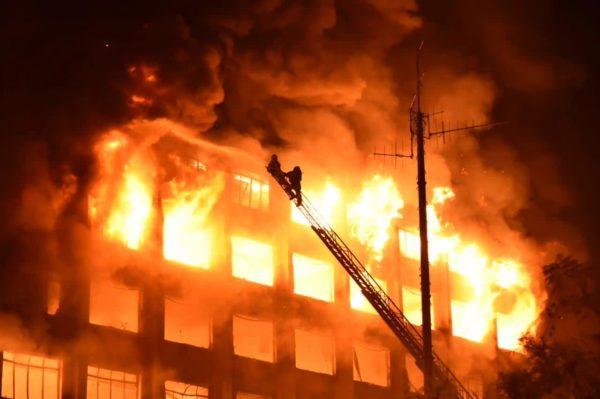 Incêndio no prédio da SSP vitimou dois bombeiros e destruiu o edifício.   Foto: Rodrigo Ziebell/GVG