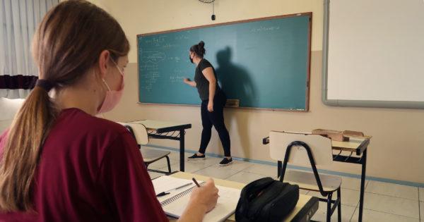 Luciana Genro questiona Secretaria da Educação de Campo Bom sobre máscaras com válvulas