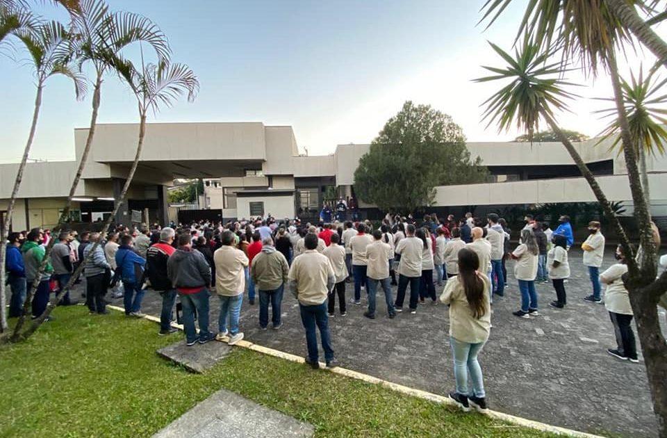 Sapateiros aprovaram acordo em assembleia no pátio da fábrica. Foto: Sindicato dos Sapateiros de NH
