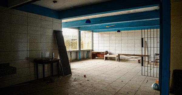 """Diretora de escola com obras paradas em Terra de Areia desabafa: """"Escola está abandonada"""""""