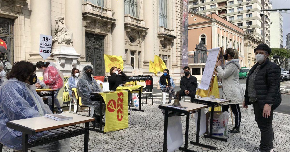 Professores fizeram ato em formato de aula pública em frente ao Piratini.