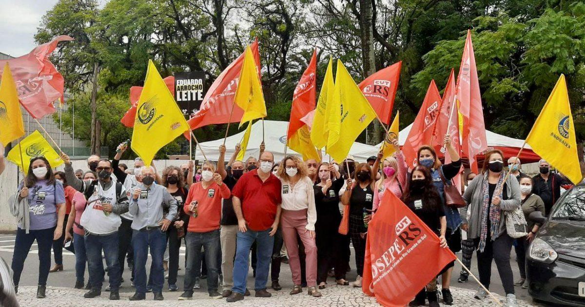 Deputada esteve em protesto organizado pelo SINDSEPE e o Sindicaixa em frente ao Palácio Piratini. | Foto: Victoria Farias